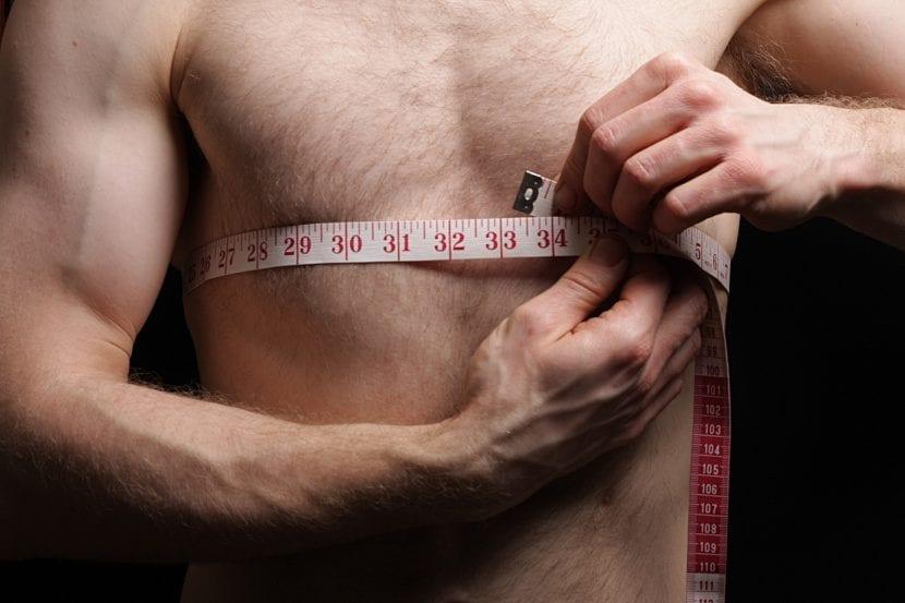 Tripa de hombre planta después de seguir los consejos de cómo deshinchar la barriga