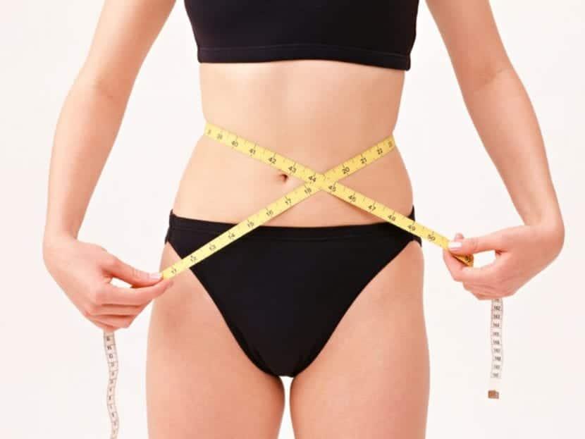 Abdomen de mujer tras seguir la dieta para adelgazar barriga