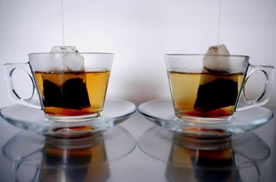 Dos tazas con bolsitas de té