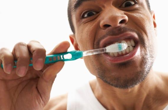 Hombre cepillándose los dientes