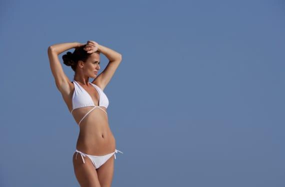 Mujer delagada en bikini