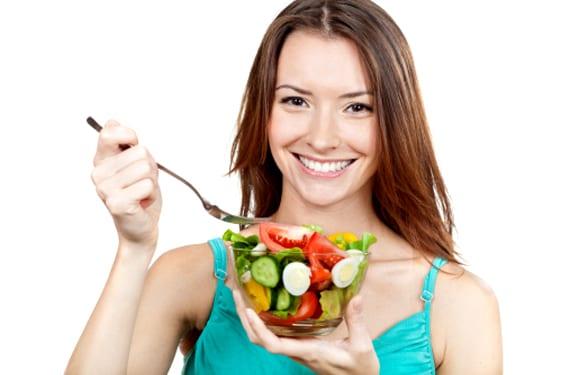 Mujer comiendo un bol de ensalada