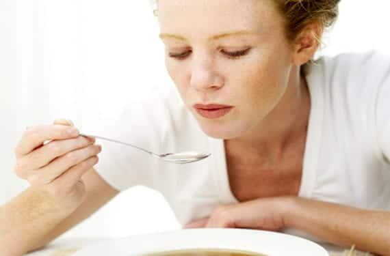 Mujer comiendo sopa