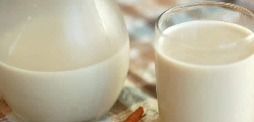 Jarra y vaso con leche de soja
