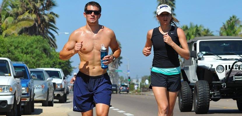 Pareja practica el running