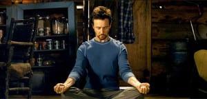Edward Norton meditando en 'El increíble Hulk'