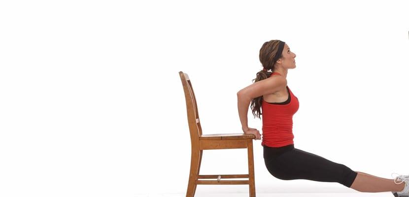 Ejercicio de tríceps en silla