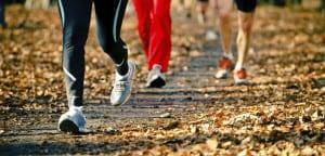 Personas practican el running en otoño