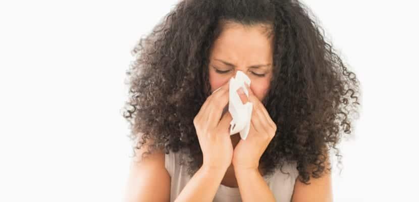 Mujer se cubre la boca para toser