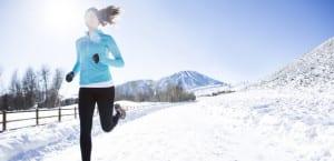 Mujer corre en la nieve