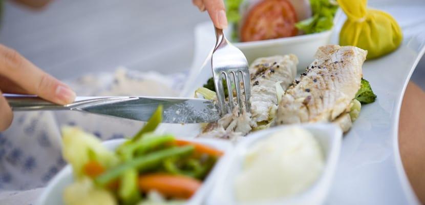 Persona comiendo pescado
