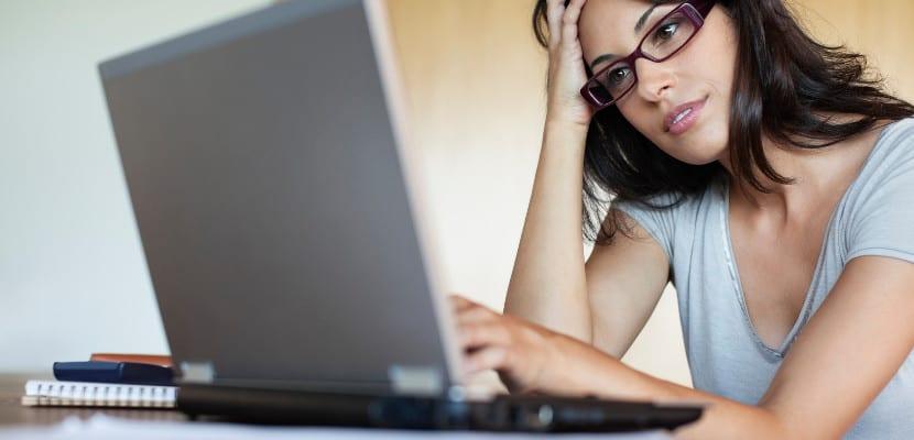 Mujer frente al ordenador