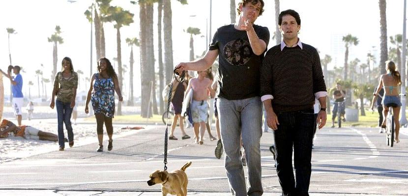 Amigos de paseo con su perro