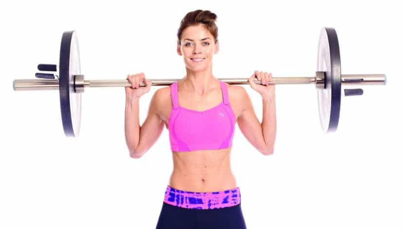 Mujer levantando peso