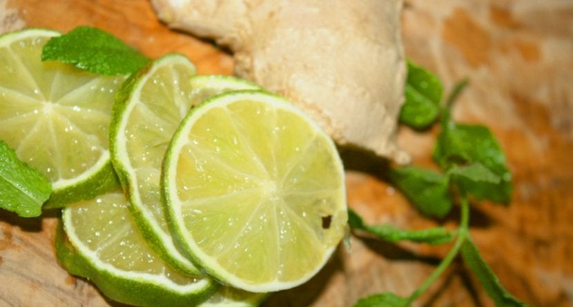 agua tibia con limon para la tos
