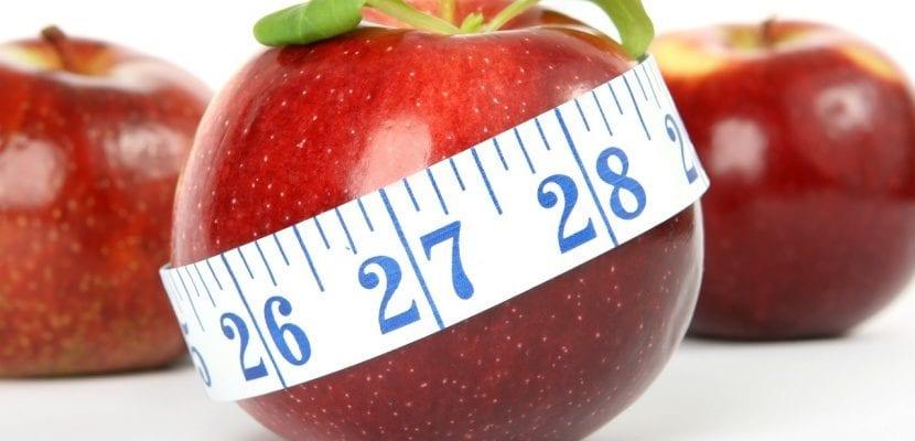 manzana con cinta métrica