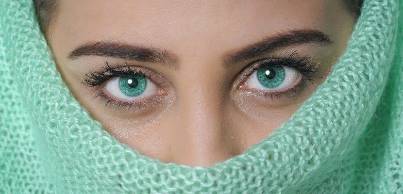 chica tapada con ojos turquesa