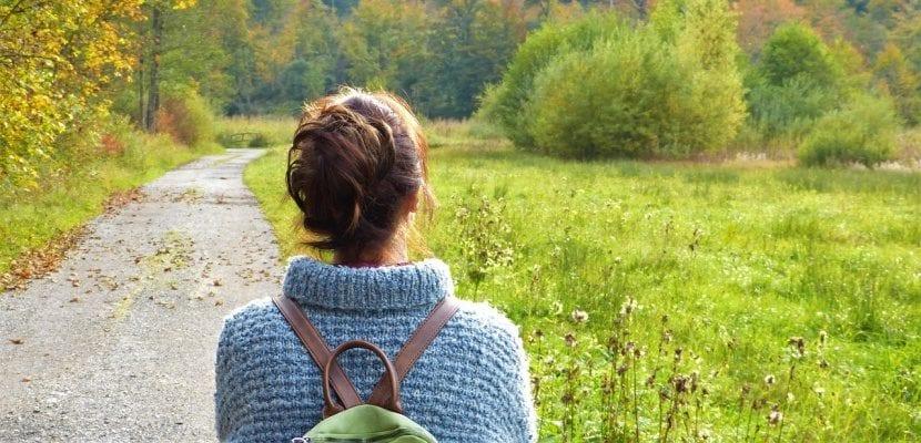 chica con mochila en el campo