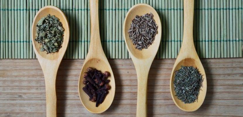 cucharas de madera con especias
