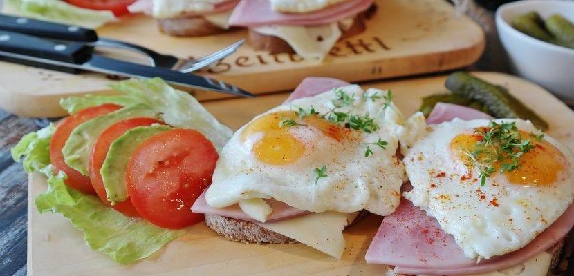 tosts de huevos con jamón york