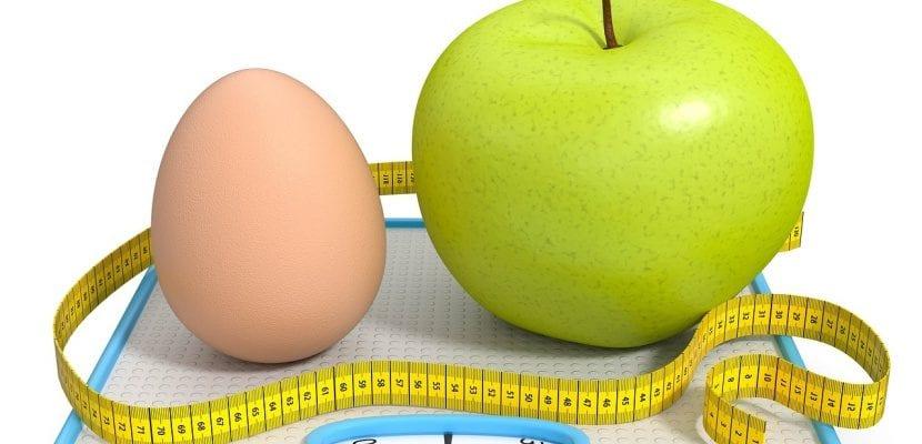 huevo y manzana sobre báscula