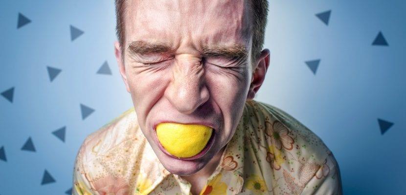 hombre mordiendo limón