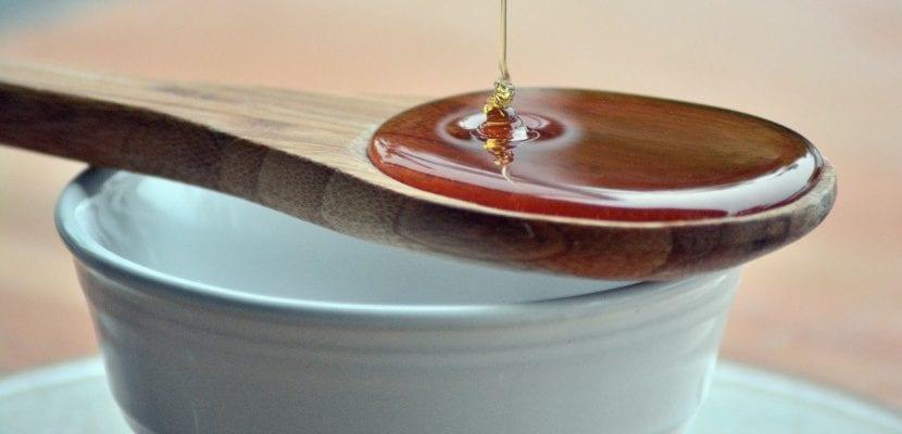 miel natural y cuchara