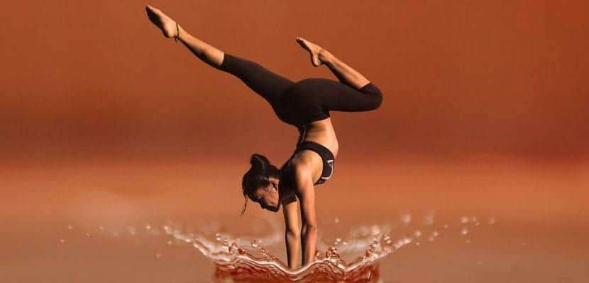 chica haciendo yoga