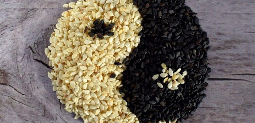semillas de sésamo blancas y negras