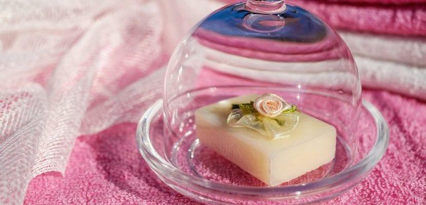 jabón con flor